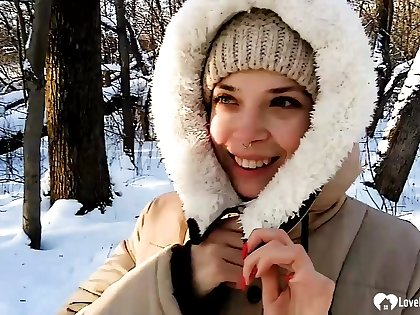 Stepsister gives a fantastic blowjob while outdoors