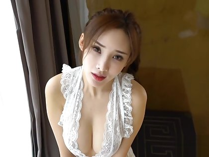 Chinese Model: Zhou Yanxi(周妍希) shows the brush lovable pussy