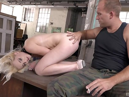 Duteous kirmess babe Tyna Blue-eyed gets her cunt stuffed full